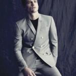 Simon Nessman рекламирует шикарные мужские костюмы