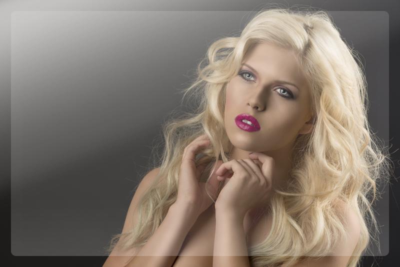 Красивая модель-блондинка