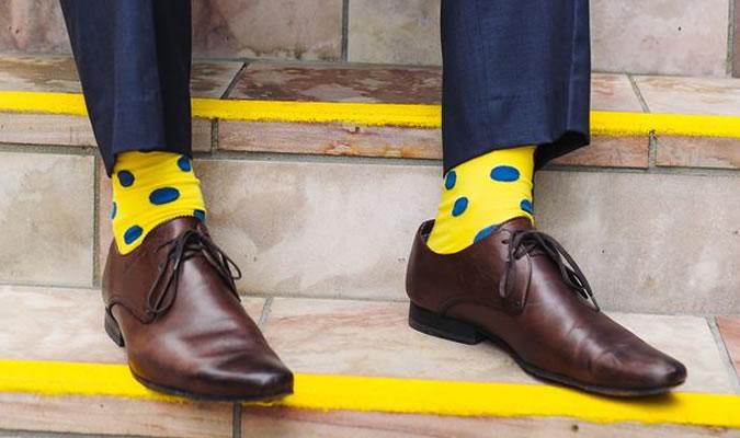 Яркие мужские носки в горошек фото