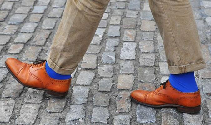 Ярко-синие носки под рыжие туфли броги