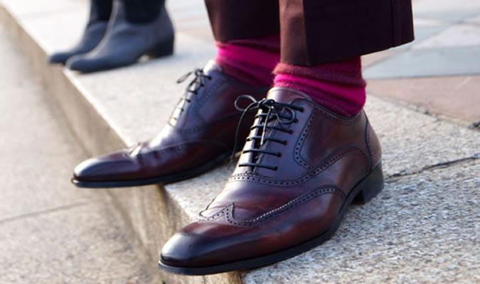 Бордовые мужские носки под коричневые туфли