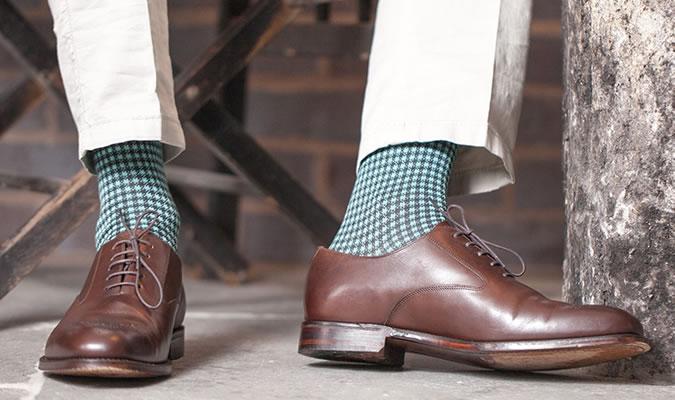 Зеленые носки под светлые брюки