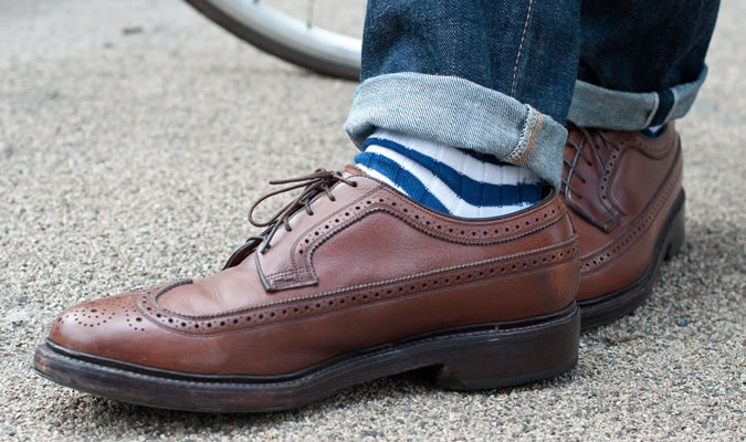 Мужские носки в полоску под коричневые броги