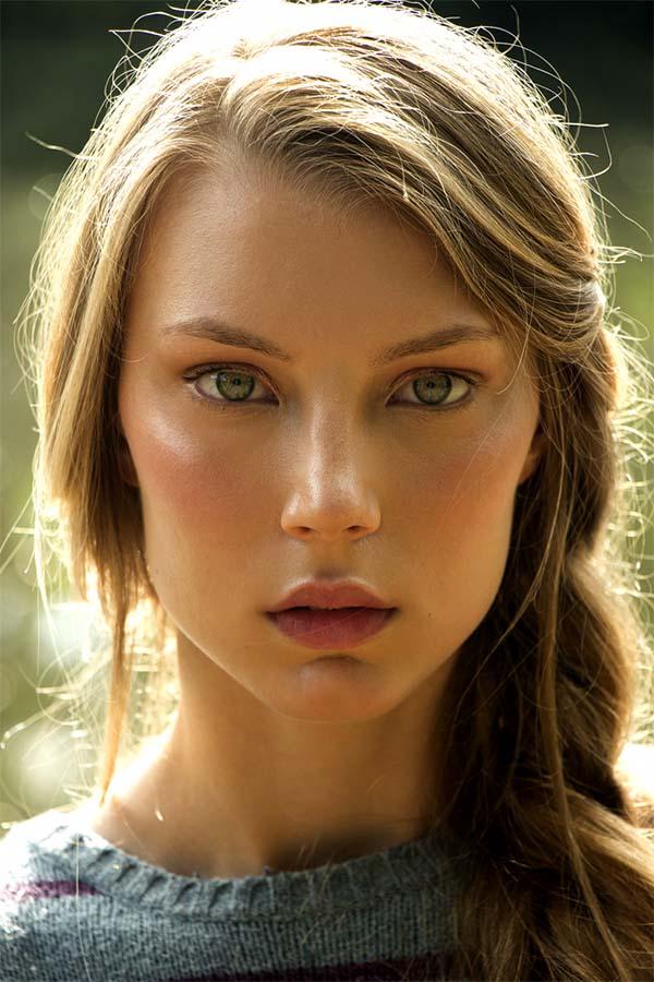 модель с зелеными глазами