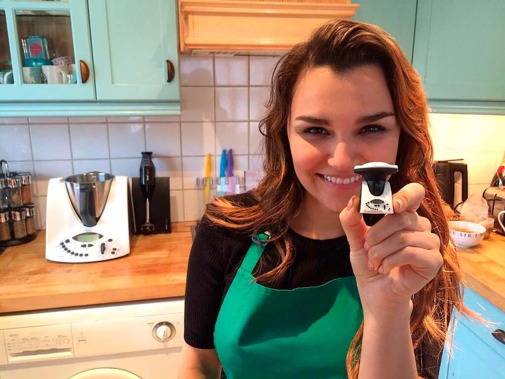Саманта Брукс готовит здоровую пищу у себя на кухне, фото