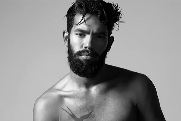 парень-модель на черно-белои фото