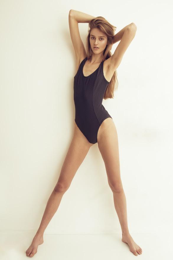 Фото - Модель Ихэль Стрекстра в закрытом купальнике