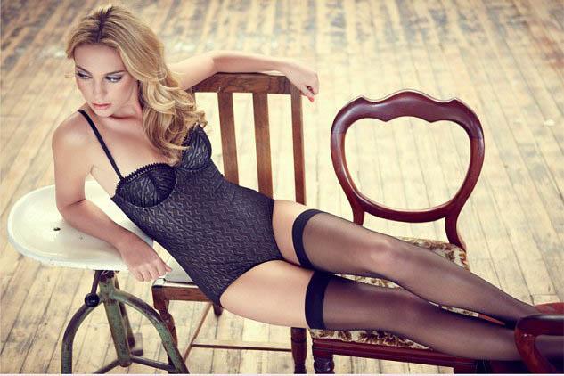 Фото - Красивая девушка-модель в кружевном белье и чулках
