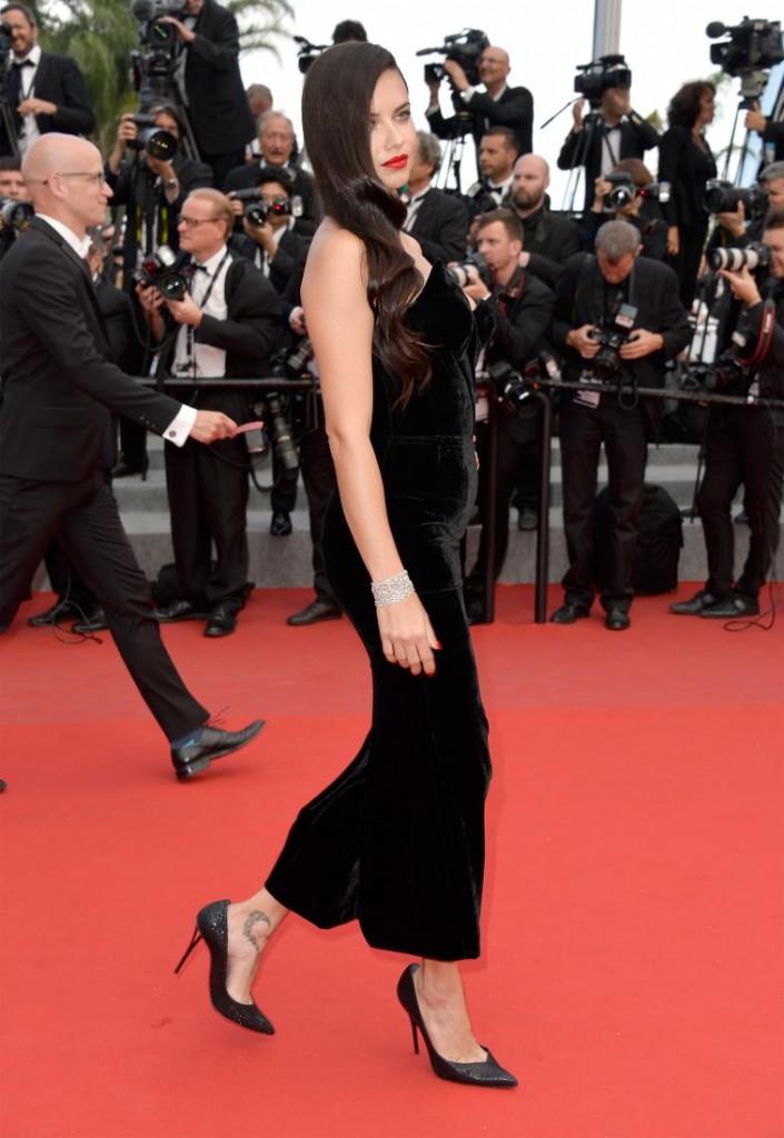 Фото - Adriana Lima на красной дорожке в черном платье