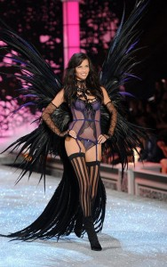 Адриана на Victoria's Secret Fashion Show фото 5