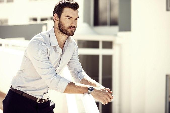 Фото - Модель Брайан Тир в рубашке и брюках