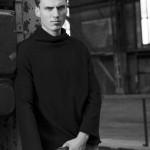 Черно-белое фото парня-модели Адриана де Хира