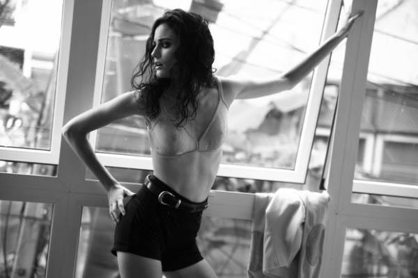 черно-белое фото девушки-модели