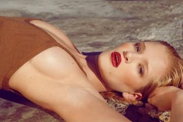 Фото - сексапильная девушка-модель в купальнике