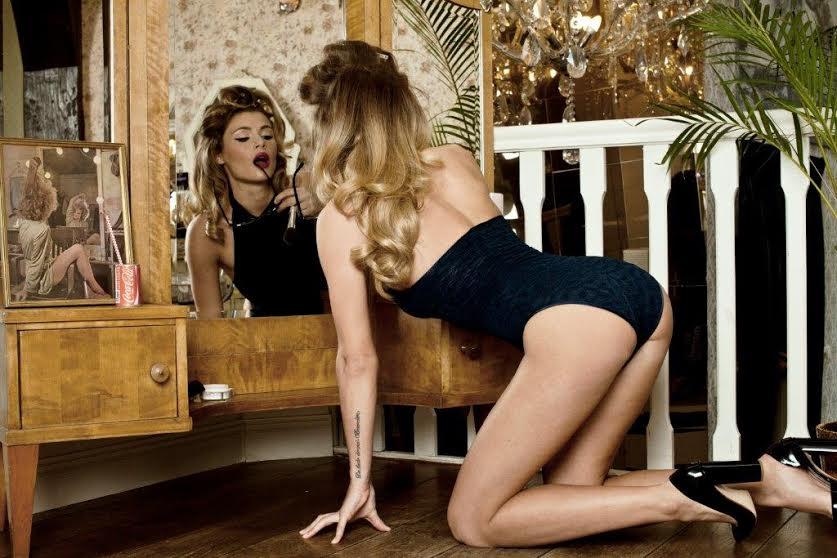 Фото - девушка-модель Тедди Джоли в нижнем белье