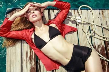 Фото - красивая девушка-модель Виктория Бабская в черном купальнике