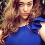 Фото - девушка с пышными формами в синем платье