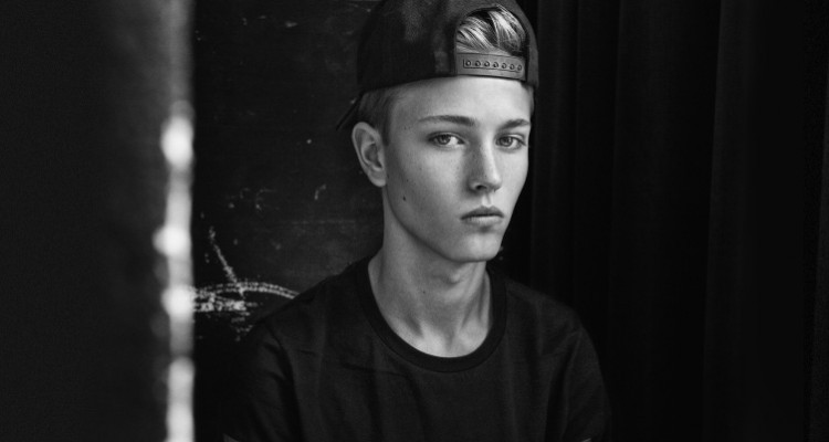 Черно-белое фото парней