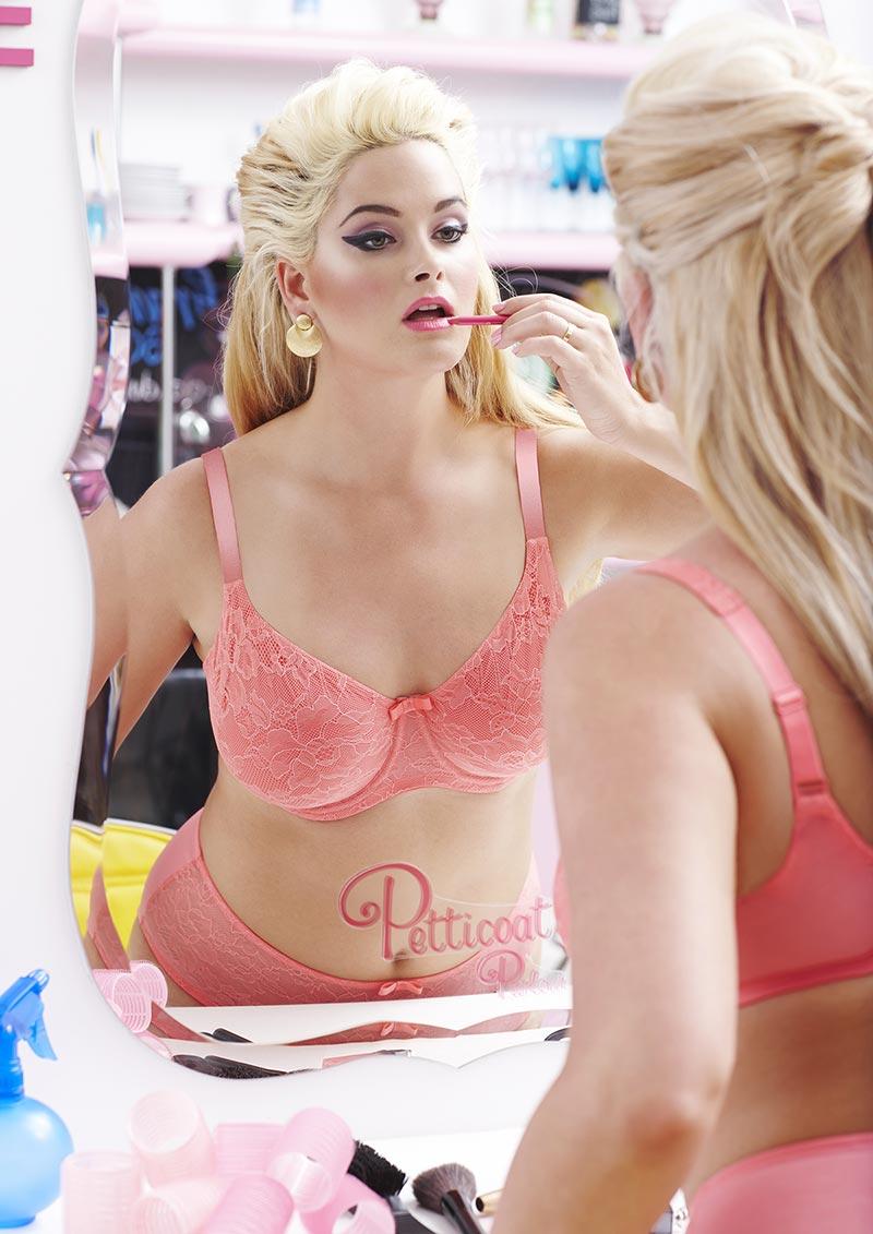 uitni-tompson-eroticheskie-foto-striptiz-sisyastoy-blondinki