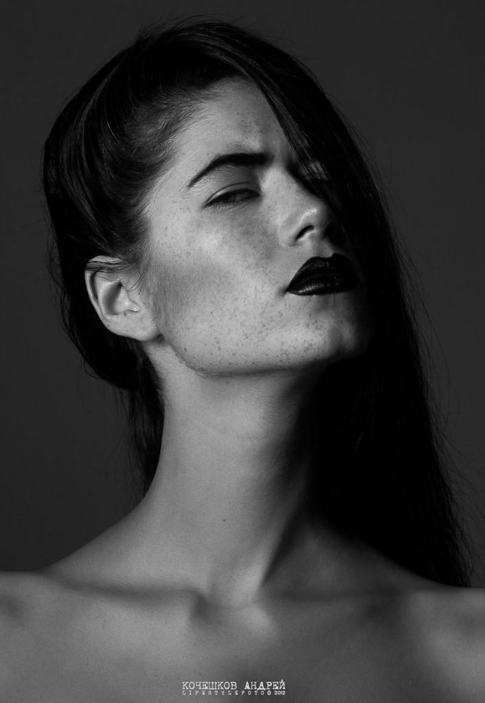 Фото - русская модель Полли Каннабис в черно-белой фотосессии
