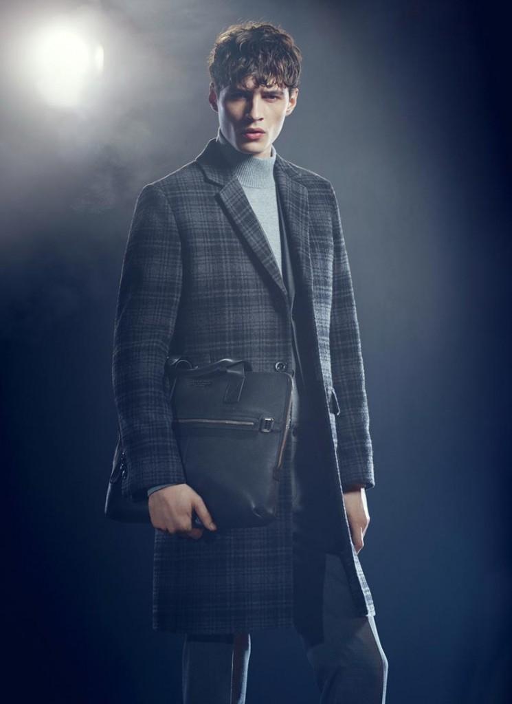 Фото - модель в клетчатом пальто, серой водолазке и пиджаке
