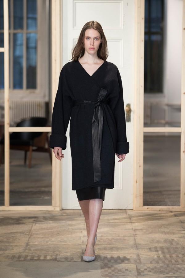 Фото - простое черное пальто с поясом от Protagonist