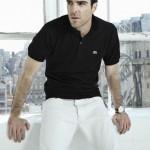 Закари Куинто в рубашке поло