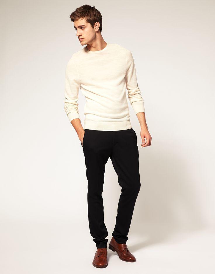 фото - кэжуал образ: белый джемпер, черные штаны и коричневые туфли