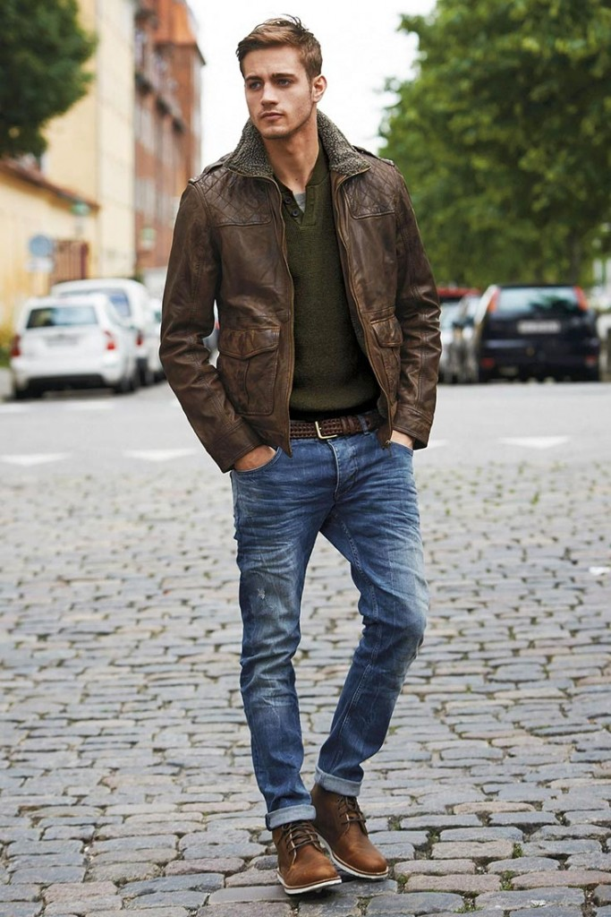 фото - коричневая кожаная куртка, коричневые ботинки и темно-зеленый свитер