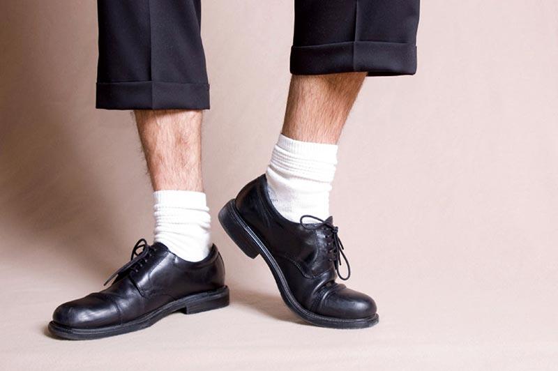 фото - ошибки мужского стиля: белые носки