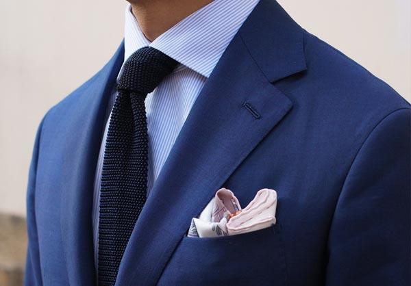 фото - ошибки мужского стиля: несоответствие нагрудного платка и галстука