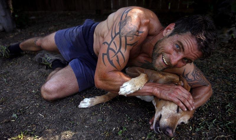 фото - Дэмиен со своей собакой Roxy