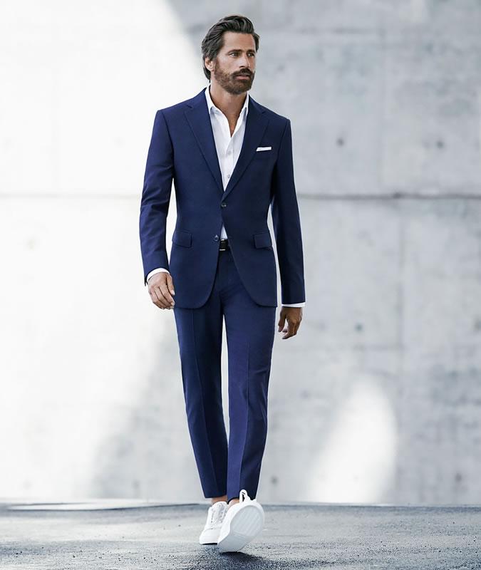 фото - темно синий костюм с белыми кроссовками
