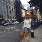 фото - мдель Искра Лоуренс гуляет в городе